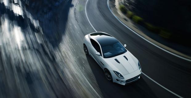 Jaguar F-Type R Polaris White vue dynamique