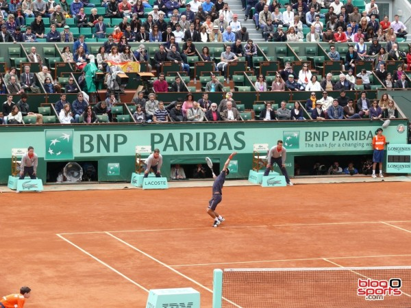 Novak Djokovic au service - finale Roland Garros 2012