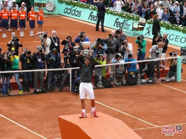 Rafael Nadal brandit son 7eme trophée devant une forêt de photographe